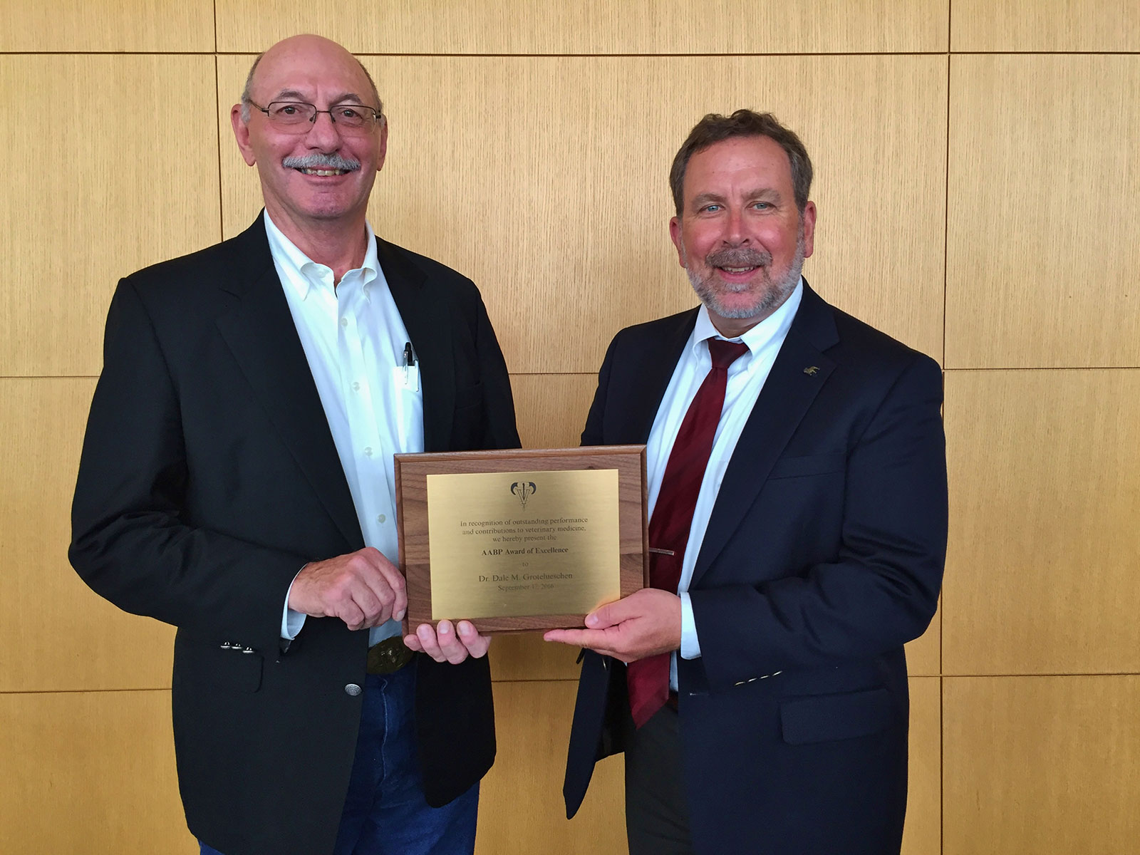 Dr. Dale Grotelueschen receives AABP Award of Excellence from Dr. David Smith.